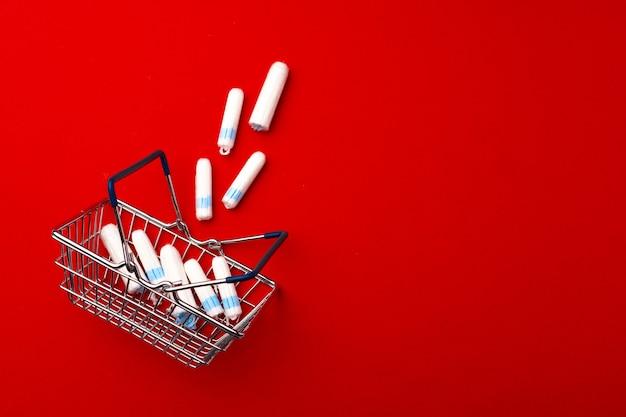 Koszyk z tamponami medycznymi z bliska zdjęcie