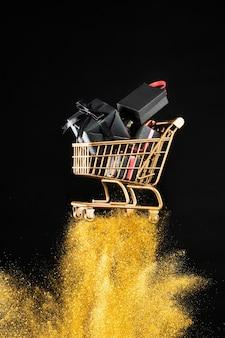 Koszyk z układem prezentów w złotym brokacie