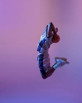 Koszykarz skoki z piłką. profesjonalny męski baler w odzieży sportowej grający w sportową grę