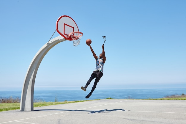 Koszykarz zanurza się z aparatem do selfie