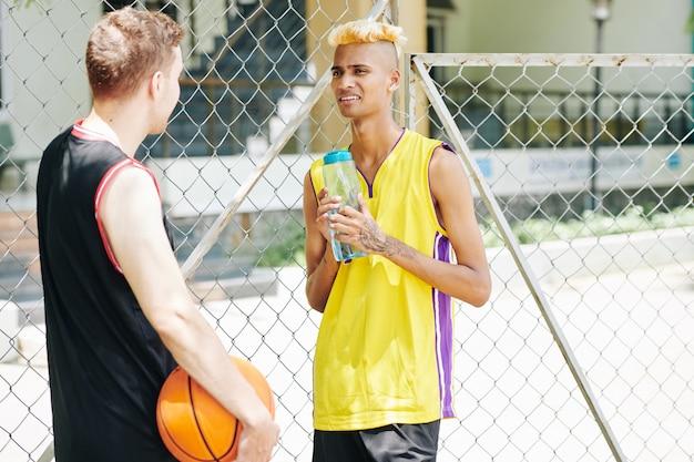Koszykarze rozmawiają na zewnątrz