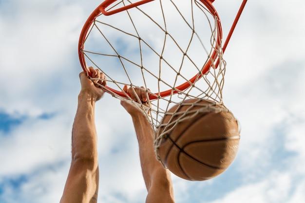 Koszykówka obręcz do koszykówki sport mężczyzna na zewnątrz mężczyzna zawodowy sportowiec
