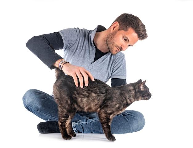 Kot bengalski i mężczyzna na białym tle