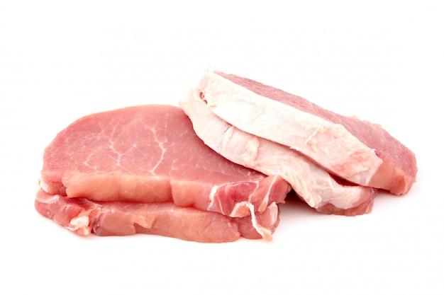 Kotlet surowej wieprzowiny na białym tle