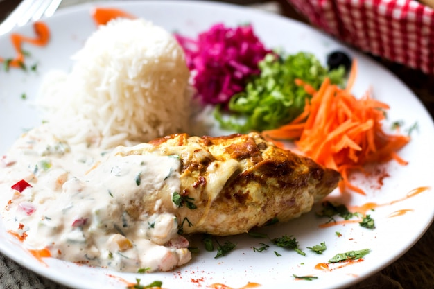 Kotlet z kurczaka w sosie z ryżem