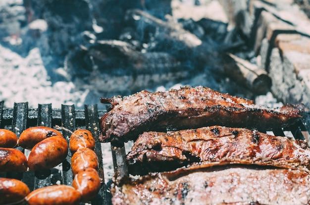 Kotlety jagnięce pieczone na grillu z chourizo