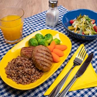 Kotlety mięsne z kaszą gryczaną baby marchew zielona brukselka warzywami i świeżą surówką