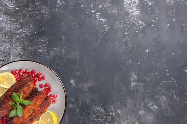 Kotlety mięsne z widokiem z góry, długo uformowane z plasterkami cytryny
