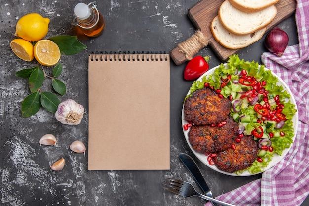 Kotlety mięsne z widokiem z góry z sałatką i chlebem