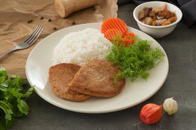 Kotlety rybne z ryżem, marchewką, koperkiem i grzybami