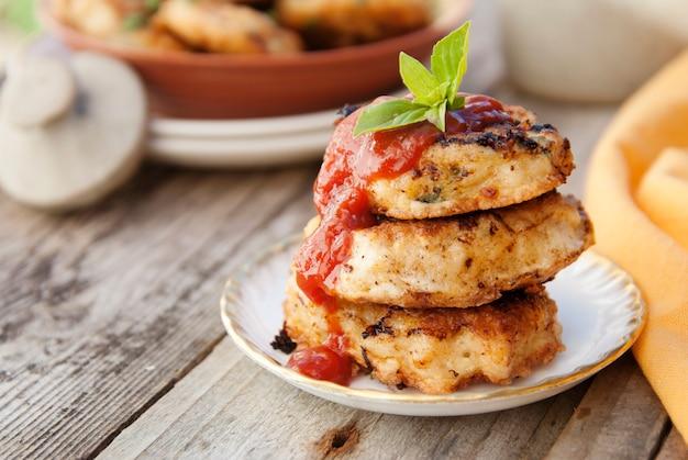 Kotlety z kurczaka domowe jedzenie. gotowanie zdrowego jedzenia. deska rustykalna.