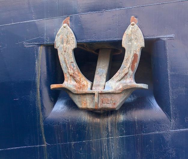 Kotwica statku morskiego koloru niebieskiego na kamczatce