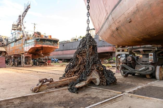 Kotwica z łańcuchem na lądzie na stoczni remontowej statku