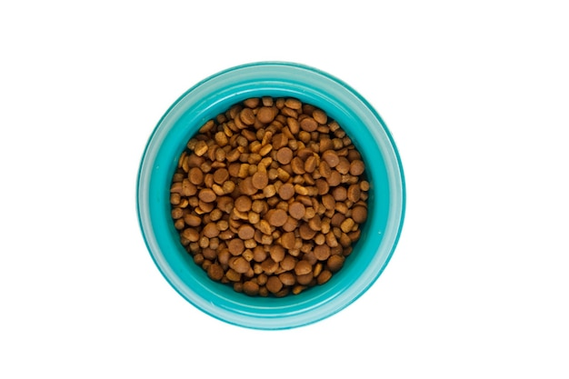Koty i psy suchej karmy w misce na białym tle.