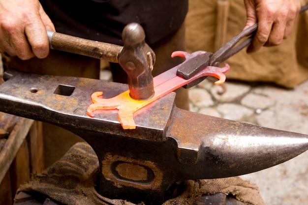 Kowal kuty żelazny kowal kowadło hammerman