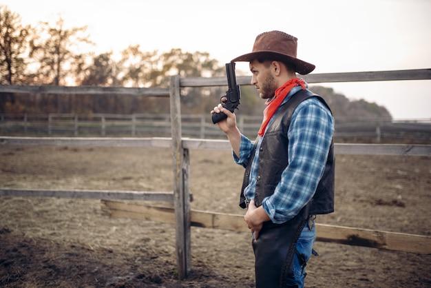 Kowboj z rewolwerem, strzelanina w dolinie gesert