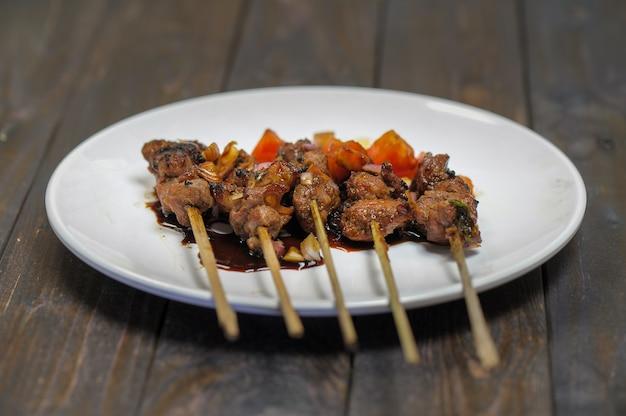 Koza satai sate kambing to jedzenie wykonane z młodego mięsa koziego, które jest dźgnięte kijem i wiertłem