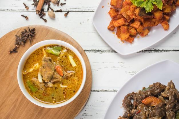Koza tongseng podana w białej misce z sosem chili i podana z gulaszem ziemniaczanym i kozim