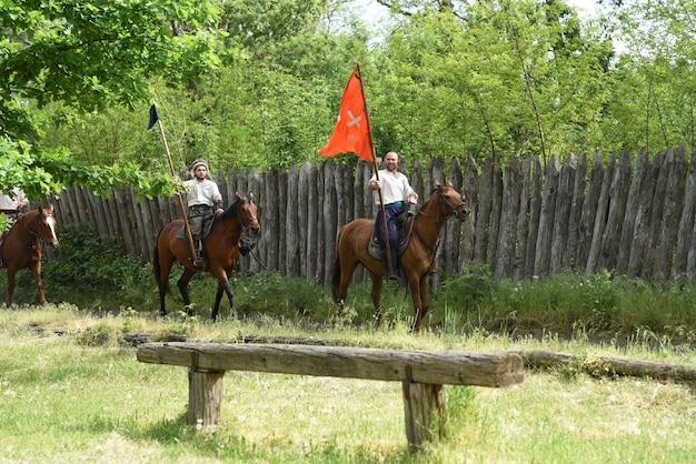 Kozak zaporoski z armii zaporoskiej w stroju narodowym na koniu