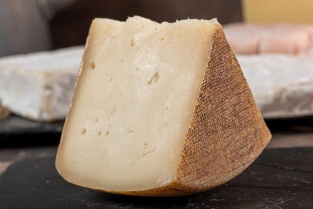 Kozie sery tomme lub tome, produkowane we francuskich pirenejach