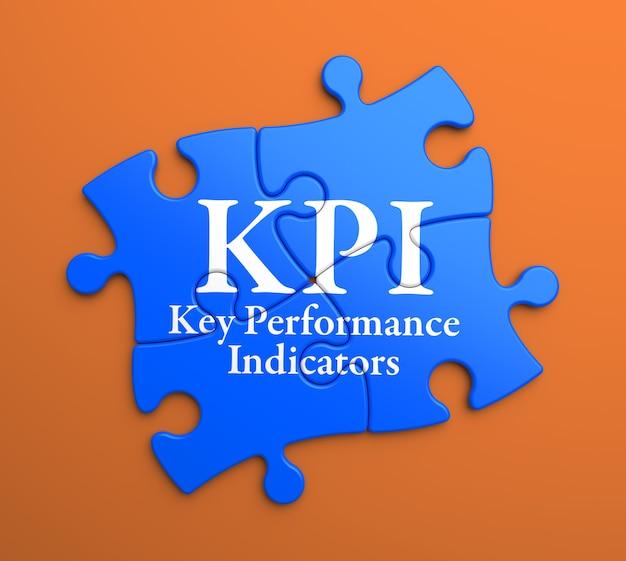 Kpi - kluczowe wskaźniki wydajności - napisane na niebieskich elementach układanki. pomysł na biznes.