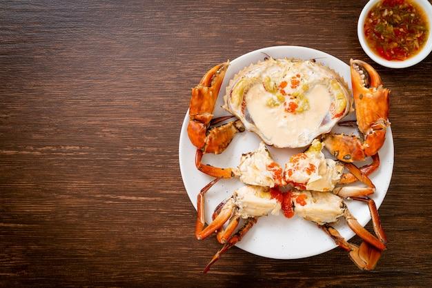Krab jajeczny na parze ze świeżym mlekiem z pikantnym sosem z owoców morza