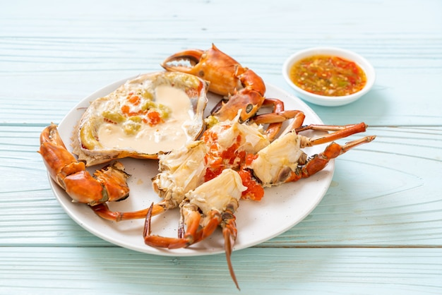 Krab na parze ze świeżym mlekiem z pikantnym sosem z owoców morza