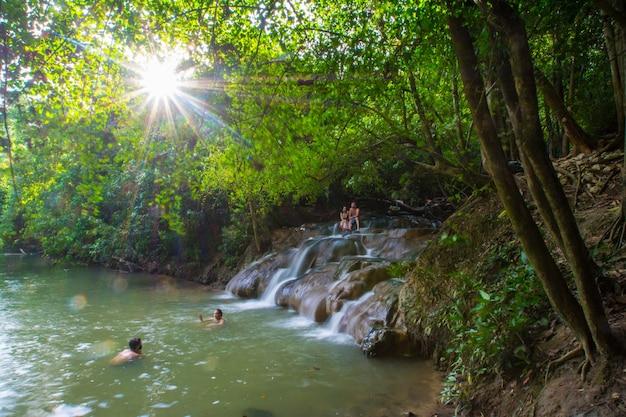 Krabi, tajlandia – 4 maja 2019: ludzie korzystający z kąpieli w wodospadzie namtok ron hot spring, naturalnej wannie z hydromasażem.
