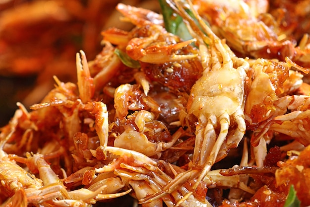 Kraby chrupiące przy ulicznym jedzeniu