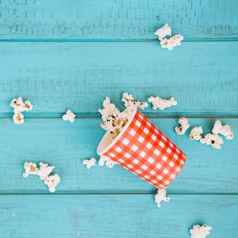 Kraciasty kubek i rozlany popcorn