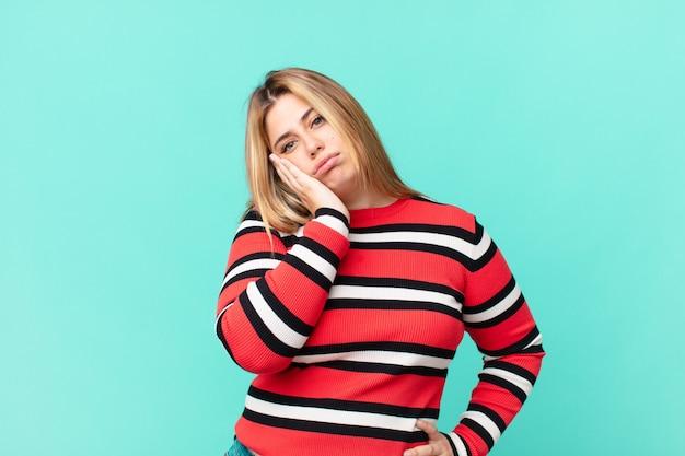 Krągła ładna blondynka czuje się znudzona, sfrustrowana i senna po męczącym