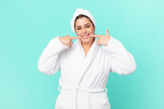 Krągła ładna kobieta po prysznicu w szlafroku