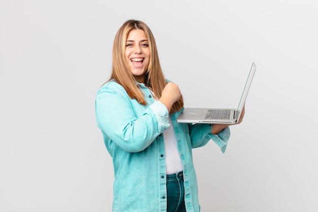 Krągła ładna kobieta trzymająca laptopa