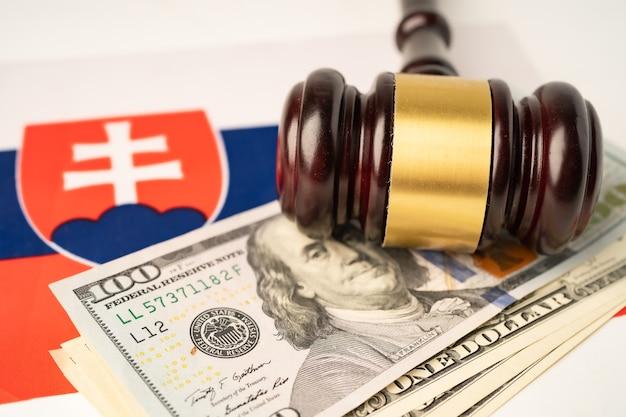 Kraj flagowy słowacji z młotkiem dla sędziego prawnika. koncepcja sądu prawa i sprawiedliwości.