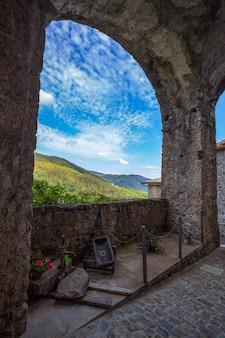 Krajobraz antyczna średniowieczna wioska w włochy
