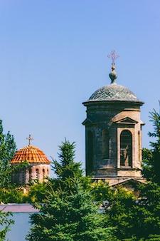 Krajobraz architektoniczny z wieżami i kopułami starożytnego kościoła bizantyjskiego w kerczu
