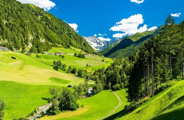 Krajobraz austriackich alp w tyrolu w st. jodok am brenner