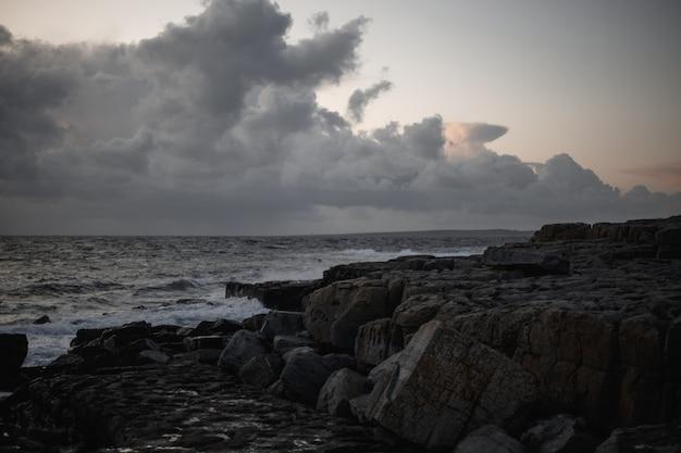 Krajobraz ciemny dok z morzem i chmurami
