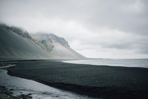 Krajobraz czarnej, piaszczystej wulkanicznej plaży