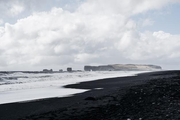 Krajobraz czarnej plaży w islandii