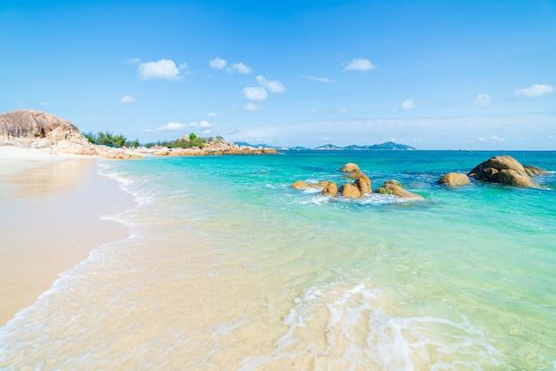 Krajobraz czystego morza i skał
