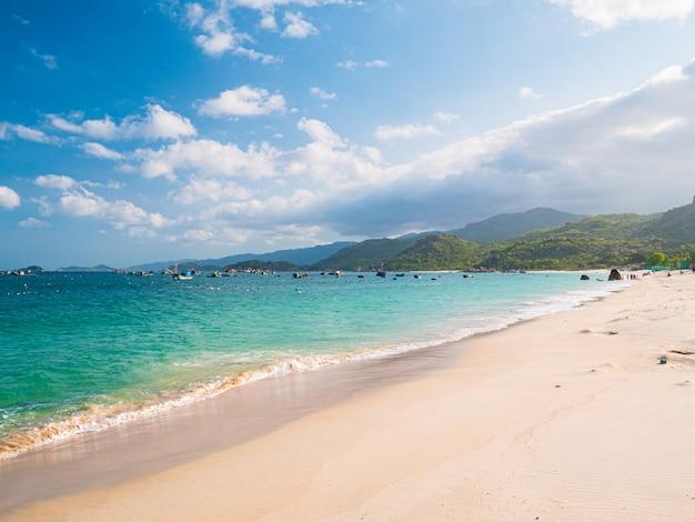 Krajobraz czystego oceanu i białej plaży