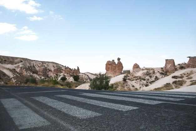 Krajobraz doliny miłości w kapadocji w turcji w pogodny letni dzień