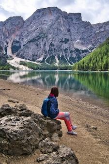 Krajobraz dolomitów, włochy jezioro di braies.