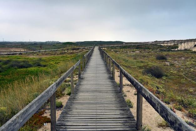 Krajobraz drewnianego mostu