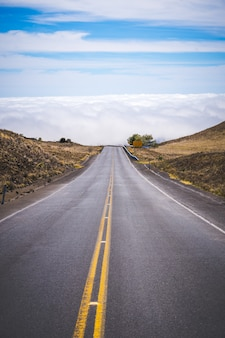 Krajobraz drogowy z niebieskim niebem