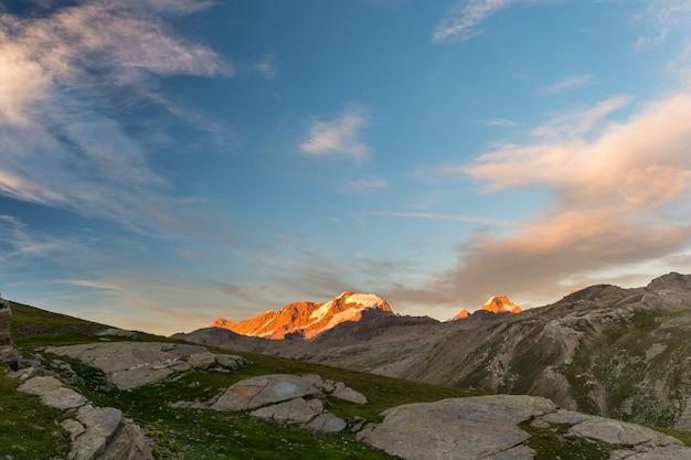 Krajobraz dużej wysokości, pasmo górskie gran paradiso o zachodzie słońca