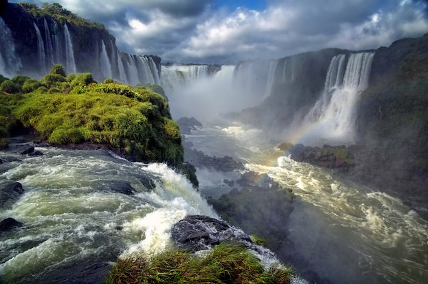 Krajobraz dużych pięknych wodospadów z tęczą, cataratas do iguacu