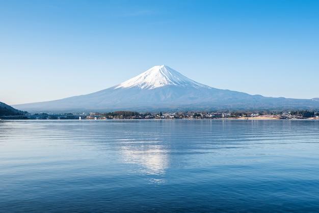 Krajobraz gór fuji. podróże i zwiedzanie japonii na wakacjach.