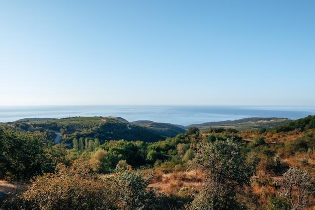 Krajobraz gór i morza w jesienny dzień